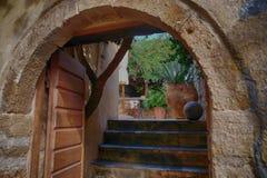 Остров Monemvasia в Пелопоннесе, Греции и туристическом судне Стоковые Фото
