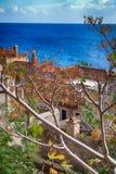 Остров Monemvasia в Пелопоннесе, Греции и туристическом судне Стоковые Фотографии RF