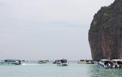 ОСТРОВ PHI PHI - много людей, Krabi, Таиланд Стоковая Фотография