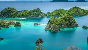 Остров Pianemo, голубая лагуна, раджа Ampat, западная Папуа, Индонезия Стоковые Изображения