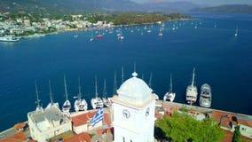 Остров Poros в Греции Воздушное фото трутня сток-видео