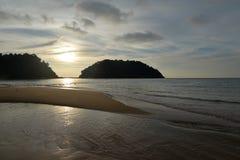 Остров Pulau Pangkor, Малайзия Пляж Teluk Nipah заходом солнца Стоковая Фотография