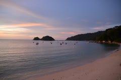 Остров Pulau Pangkor, Малайзия Пляж Teluk Nipah заходом солнца Стоковое Фото