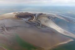Остров Rottumerplaat вида с воздуха голландский, береговая линия с mudflats и каналами стоковая фотография