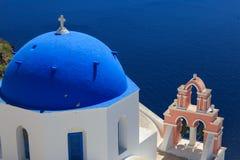 Остров Santorini в Греции - куполе классической церков Стоковые Изображения RF