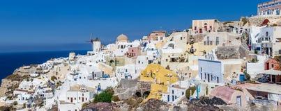 Остров Santorini, Греция - 13-ое октября 2014: Панорамный взгляд деревни Oia - известного места с Белыми Домами и ветрянкой Стоковое Изображение RF