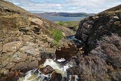 Остров Skye, Шотландии - идущего дальше по потоку взгляда водопада реки Ollach бежать через узкое ущелье с звуком Raasa Стоковые Изображения