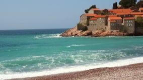 Остров Sveti Stefan, конца-вверх острова в после полудня акции видеоматериалы