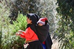 ОСТРОВ TAQUILE, PUNO, ПЕРУ 31-ОЕ МАЯ 2013: Люди от общины Aymara, в их красочных костюмах, известны на их точный декабрь Стоковая Фотография RF