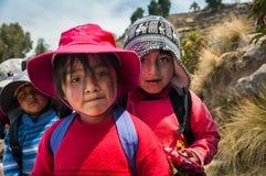 ОСТРОВ TAQUILE, PUNO, ПЕРУ - 13-ОЕ ОКТЯБРЯ 2016: Закройте вверх по портрету перуанских детей Стоковая Фотография