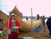 ОСТРОВ UROS - ОЗЕРО TITICACA - ПЕРУ, 3-ье января 2007: Плавая острова Uros на озере Titicaca Неопознанные женщины Uros и meny Стоковая Фотография