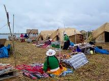 ОСТРОВ UROS - ОЗЕРО TITICACA - ПЕРУ, 3-ье января 2007: Плавая острова Uros на озере Titicaca Неопознанные женщины Uros Стоковое Изображение RF