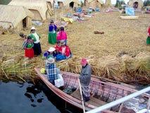 ОСТРОВ UROS - ОЗЕРО TITICACA - ПЕРУ, 3-ье января 2007: Плавая острова Uros на озере Titicaca Неопознанные женщины Uros Стоковая Фотография RF