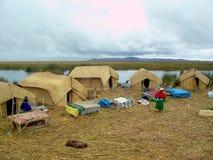 ОСТРОВ UROS - ОЗЕРО TITICACA - ПЕРУ, 3-ье января 2007: Плавая острова Uros на озере Titicaca Неопознанные женщины Uros Стоковое Фото