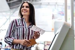 Острокомедийная усмехаясь девушка держа airticket Стоковое Фото