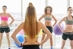 Острокомедийные молодые sportive женщины в спортзале Стоковая Фотография RF