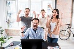Острокомедийные смеясь над работники в офисе Стоковое Изображение RF