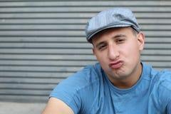 Острокомедийный молодой парень с морщить выражением губ или губ утки Стоковая Фотография