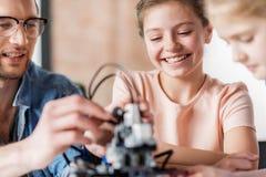 Острокомедийный усмехаясь женский подросток в мастерской стоковое изображение