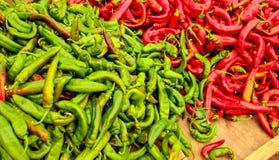Остроконечные красные и зеленые перцы, в ярких цветах контраста, displa стоковые изображения