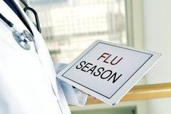 Острословие доктора и таблетки сезон гриппа текста стоковое фото rf