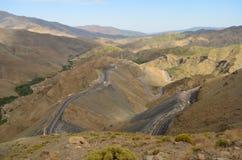 Острые кривые на дороге к высоким горам атласа, Марокко края стоковые фото
