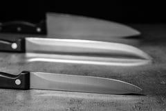 Острые ножи на таблице стоковые фото