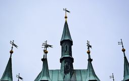Острые пирамиды на высоких башнях домов в Праге Стоковые Фото