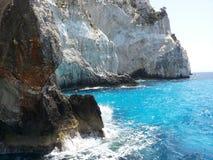 Острые скалы касаясь морю Стоковые Изображения