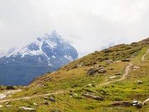 Острые снежные пики гор Альпов над долиной вполне густого тумана, конца лета Стоковые Фотографии RF