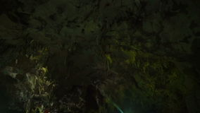 Острые утесы na górze пещеры видеоматериал