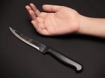 Острый нож около руки Стоковые Изображения RF