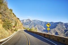 Острый поворот вышел подписывает внутри национальный парк Yosemite, США Стоковая Фотография