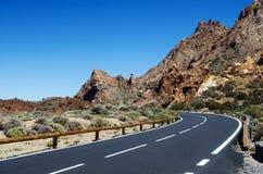Острый поворот дороги горы Национальный парк Teide, Tenerife, Канарские острова, Испания стоковое фото rf