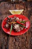 Осьминоги младенца в красном блюде Стоковое Изображение