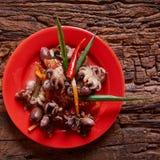 Осьминоги младенца в красном блюде Стоковые Изображения RF