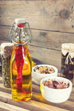 Осьминог в керамических шарах и бутылке оливкового масла Стоковое Изображение