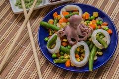 Осьминог и кальмар звенят на свежих овощах голубая плита деревянная предпосылка Взгляд сверху Конец-вверх Стоковое Изображение