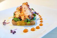 Осьминог с mushed картошками и овощами Стоковая Фотография