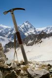 Ось льда против фона ландшафта горы стоковые фото