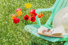 Ослабьте в саде на весенний день Стоковые Изображения RF