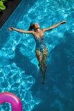 ослабьте лето Женщина плавая, вода бассейна Праздники летнего времени Стоковое Изображение