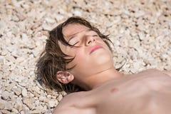 Ослабьте на пляже стоковые изображения rf