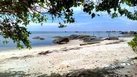 Ослабьте на пляже Tanjung Tinggi стоковые изображения