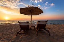 Ослабьте с зонтиком на пляже Стоковое Изображение RF