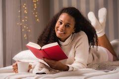 Ослабьте с чаем и книгой стоковые фотографии rf