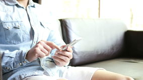 Ослабьте человека сидя и печатая на Smartphone акции видеоматериалы