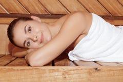 ослабляет женщину sauna Стоковое Изображение