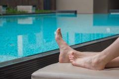 Ослаблять бассейном никогда настолько не мирн, особенно когда бассейн чист и вы можете принять неторопливую ворсину полдня Как ра Стоковое Фото