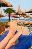 Ослаблять в гамаке на солнечном пляже стоковое изображение rf